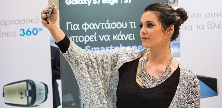 Η Μαρία Κορινθίου με το Samsung Galaxy S7 edge