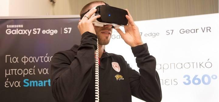 Ο παίκτης της ΚΑΕ Ολυμπιακός Matt Lojeski δοκιμάζει τη μάσκα εικονικής πραγματικότητας Samsung Gear VR στον ΓΕΡΜΑΝΟ